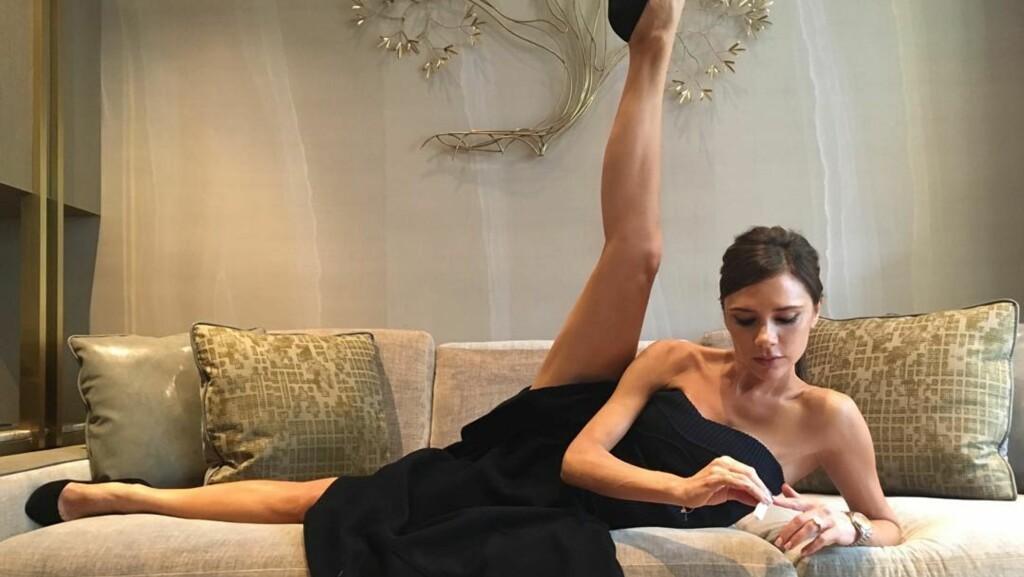 MYK: Victoria Beckham viste sin humoristiske side da hun delte dette bildet med fansen på Instagram. Klesdesigneren skrev at alle ballett-timene virkelig lønte seg og at hun var blitt veldig myk som et resultat.  Foto: SipaUSA