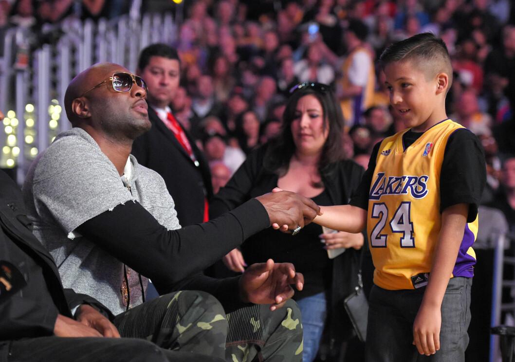 BASKET-STJERNE: Lamar Odom er fortsatt kjent for sine prestasjoner som profesjonell basketballspiller. Her hilser han på en ung fan under kampen mellom Lakers og Miami Heat i L.A. onsdag 30. mars. Foto: Ap