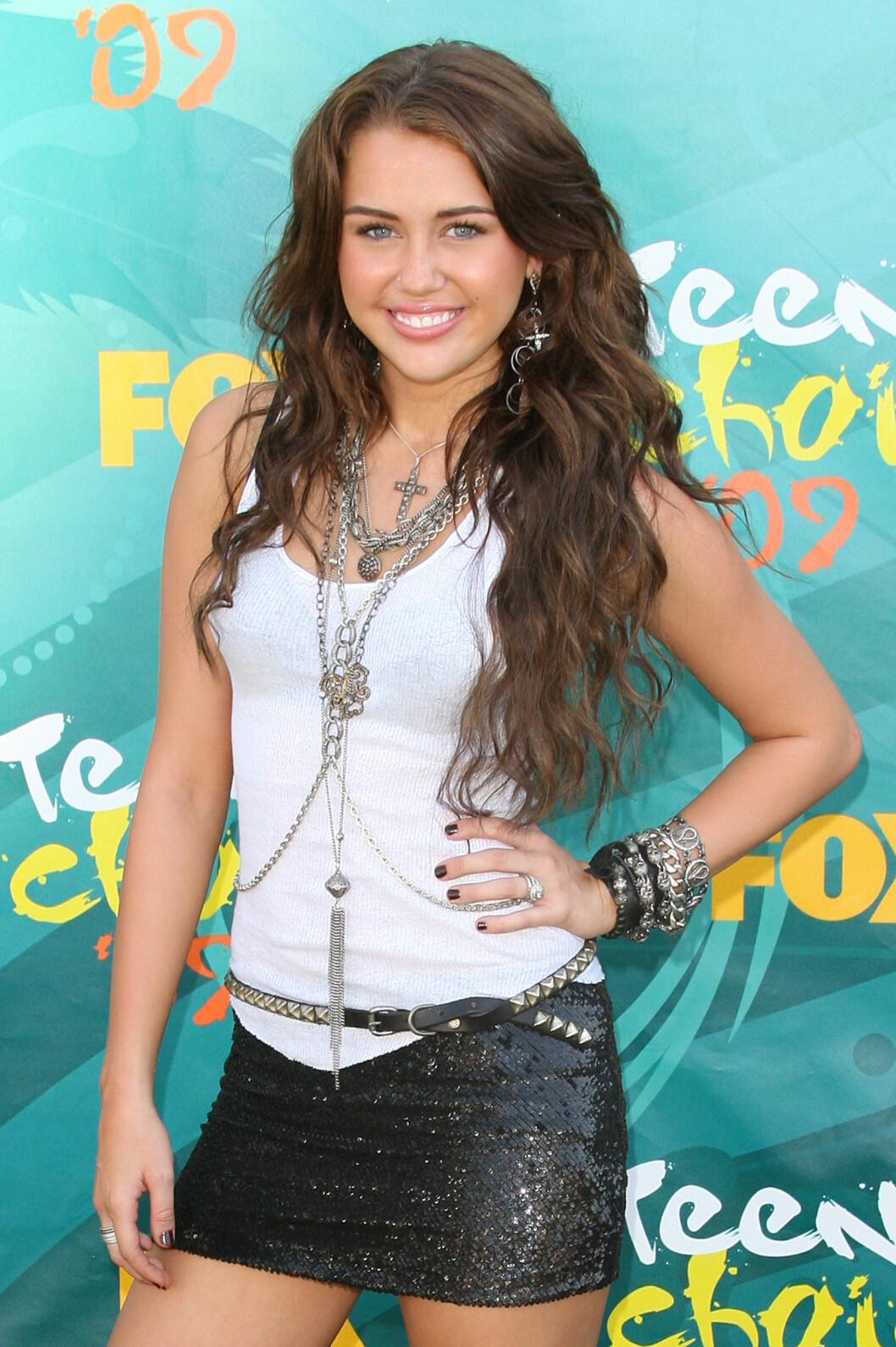 VOKSER OPP: I 2009 begynte Miley å kle seg noe mer «edgy», og korte skjørt var en stor den av den unge stjernens garderobe. Foto: Scanpix
