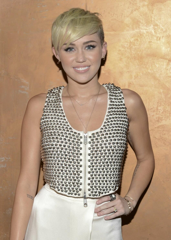 KLIPPET HÅRET: Det var i 2012 at Miley først begynte å ligne på versjonen av seg selv hun er i dag. Da tok hun nemlig saksen fatt, klippet av seg sine lange lokker og farget håret platinablondt.   LOS ANGELES, CA - OCTOBER 10: Miley Cyrus attends City Of Hope Honors Halston CEO Ben Malka With Spirit Of Life Award - Red Carpet at Exchange LA on October 10, 2012 in Los Angeles, California.   Michael Kovac/Getty Images for City of Hope/AFP == FOR NEWSPAPERS, INTERNET, TELCOS & TELEVISION USE ONLY == Foto: Afp