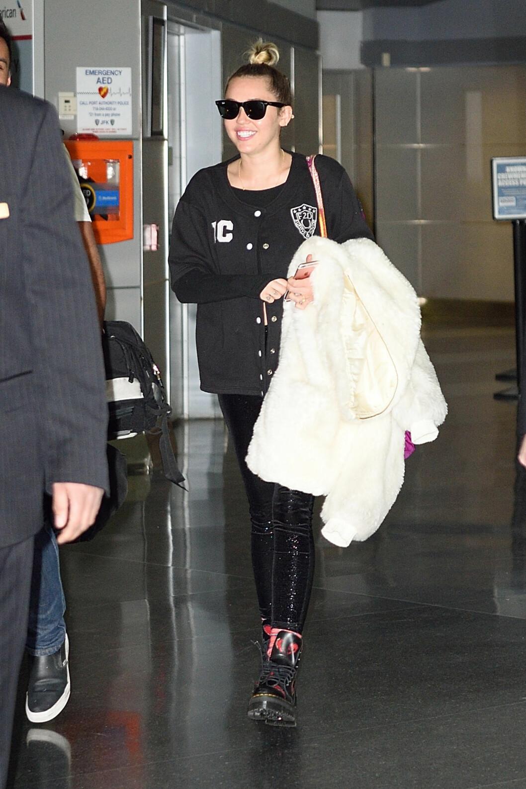 NÅ: De siste månedene har Miley tonet ned sin elleville stil et par hakk – noe mange mener skyldes blondinens påståtte gjenforening med Liam Hemsworth. Ellers bruker den godhjertede stjernen mye tid på å fremme likestilling, og å kjempe lidenskapelig for å dyrs rettigheter. Foto: Splash News