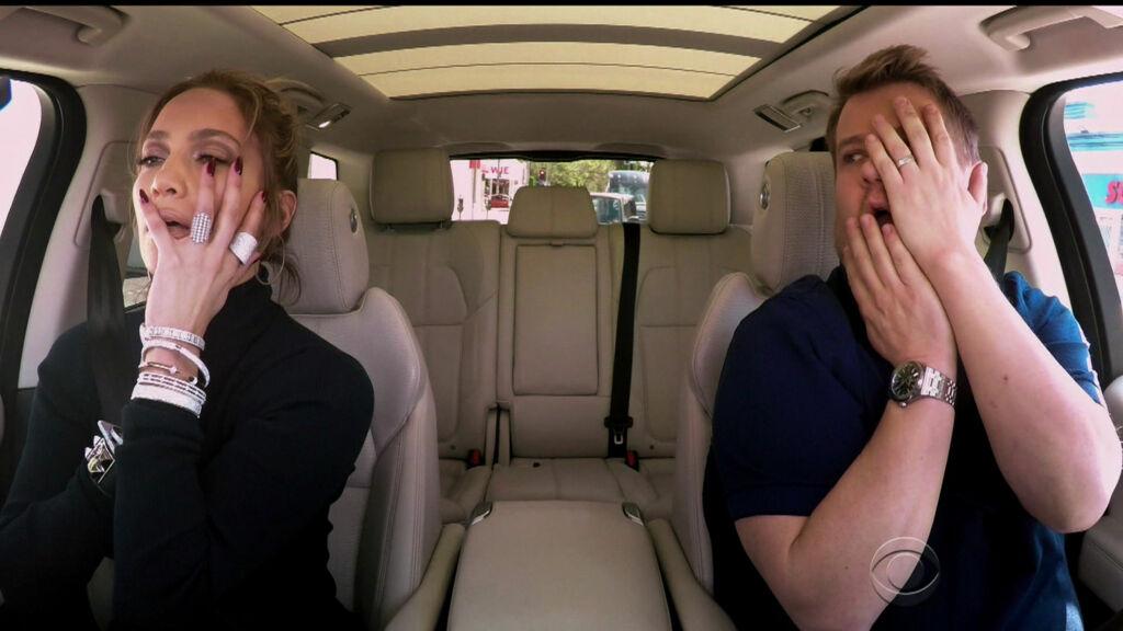 GOD STEMNING: Jennifer Lopez og James Corden viser begge frem sine sang- og dansekunnskaper under den gøyale karaokebilturen.  Foto: wenn.com