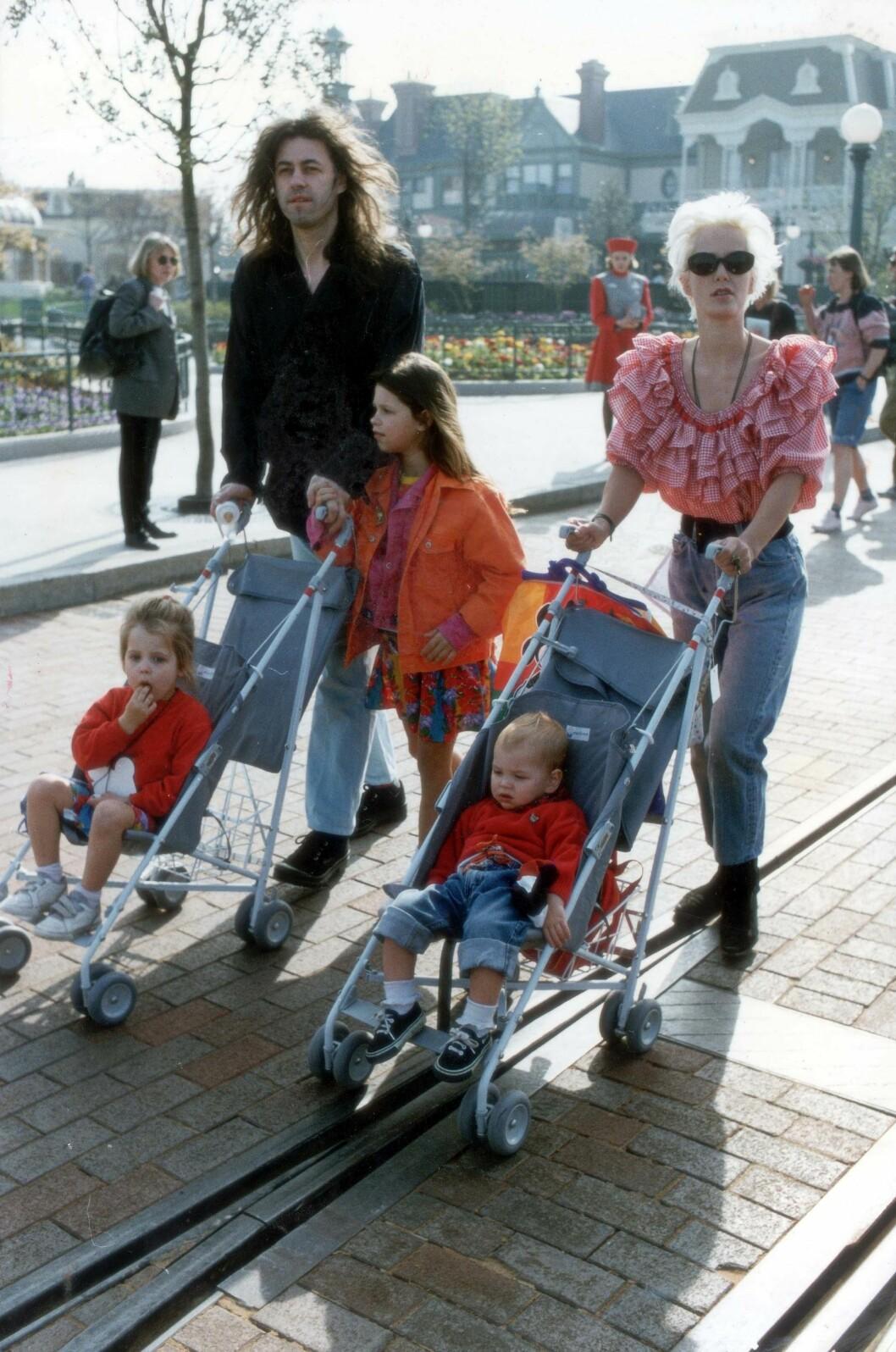 MYE SORG: 14 år etter at moren Paula Yates døde av en heroinoverdose, led Peaches (i vogna til venstre) samme skjebne. Her er Bob og Paula med sine tre felles barn i Euro Disney mens de fremdeles var gift.  Foto: All Over Press