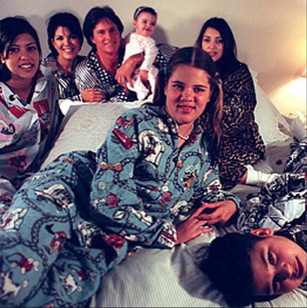 THROWBACK: Her er Khloe (foran) sammen med storesøstrene Kourtney og Kim, lillebror Rob, lillesøster Kendall, mamma Kris og stefar Bruce. Foto: NTB Scanpix