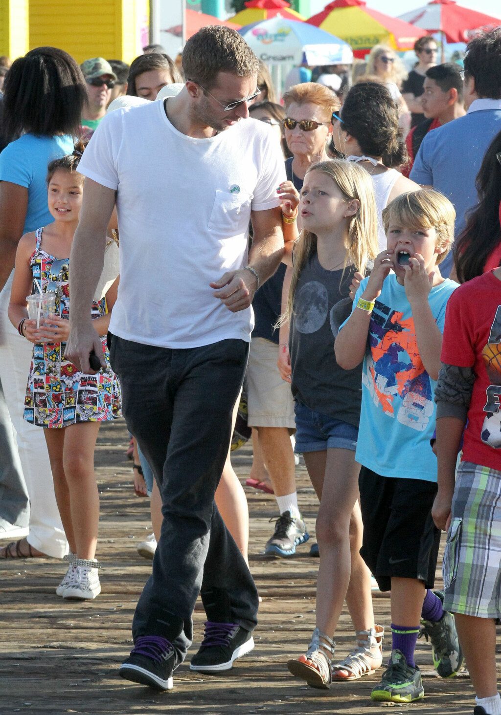 Exclusive... 51464101 Coldplay frontman Chris Martin and kids Apple and Moses getting Icees and having a good time at Santa Monica Pier in Santa Monica, California on June 27, 2014. Chris estranged wife Gwyneth Paltrow appears to be having second thoughts about their conscious uncoupling as it seems that seeing him adjust so well to the single life has caused Gwyneth to second guess everything. FameFlynet, Inc - Beverly Hills, CA, USA - +1 (818) 307-4813  COPYRIGHT STELLA PICTURES Foto: Stella Pictures