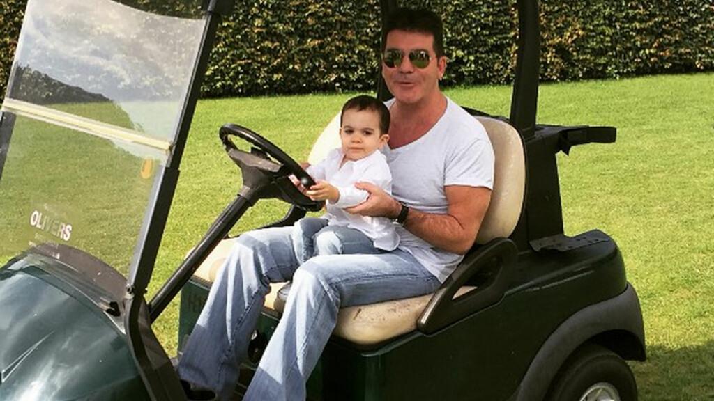 FAR OG SØNN: Simon Cowell er stolt pappa og poster ofte bilder som dette på sosiale medier av sin vesle gutt. Foto: NTB Scanpix