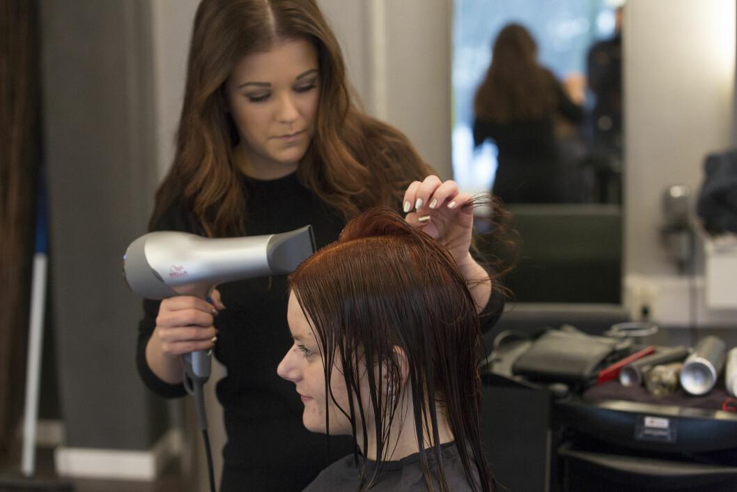 HÅRFIN BEHANDLING: Frisør Frida Magnes på Jan Thomas Studio farget Marias hår. Foto: Espen Solli/Se og Hør