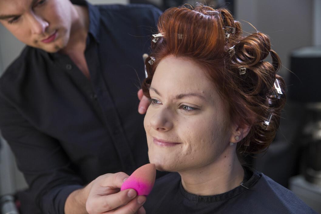 PROFF STYLING: Håret blir krøllet opp før Christopher Mørch Husby legger sminke.  Foto: Espen Solli/Se og Hør