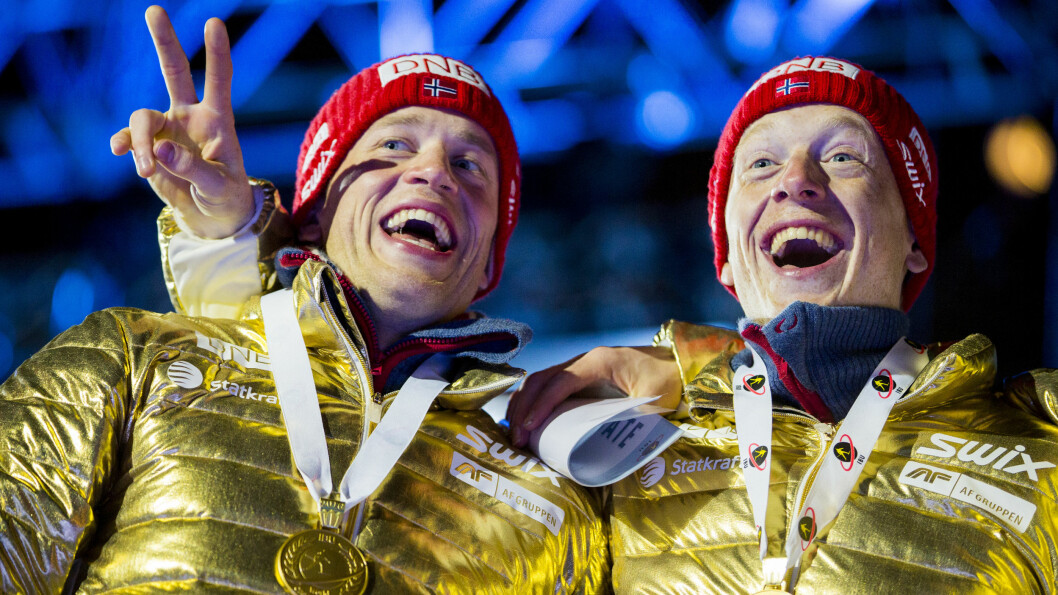 FEIRET GULL: Tarjei Bø (t.v) og lillebror Johannes Thinges Bø kunne juble for VM-gull på stafett i skiskyting lørdag kveld, sammen med Emil Hegle Svendsen og Ole Einar Bjørndalen. Foto: NTB scanpix