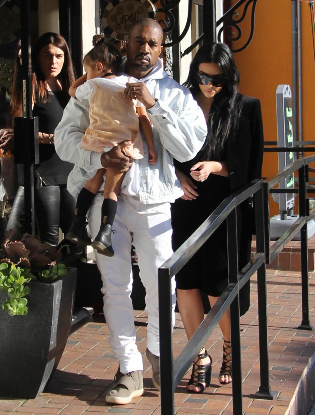 PÅ PAPPAS ARM: Kanye West prøver å gi sin kone en hjelpende hånd og alenetid med sønnen, ved å invitere North med på middagsdater.  Foto: wenn.com