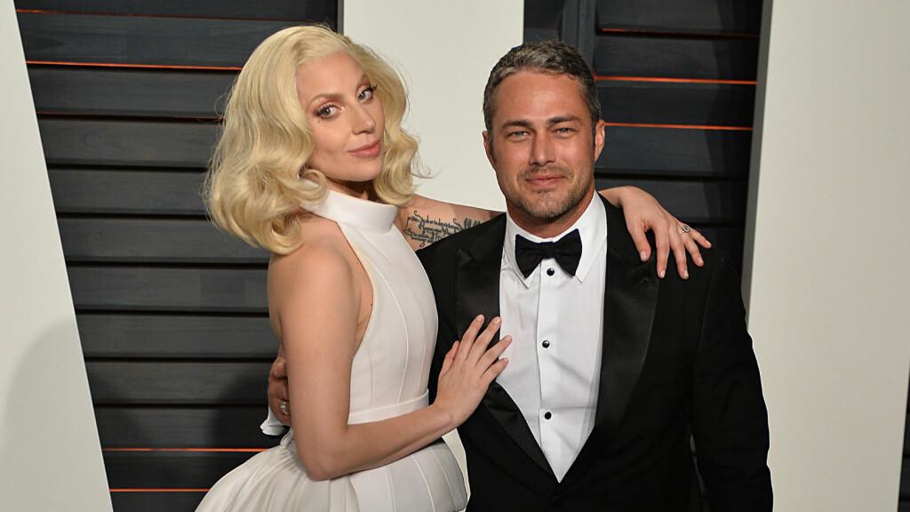 SNART MANN OG KONE: Etter fire år som kjærester forlovet Lady Gaga og Taylor Kinney seg i fjor. Nå skal de gifte seg. Her er duoen sammen på Vanity Fair festen etter Oscar-utdelingen. Foto: NTB Scanpix