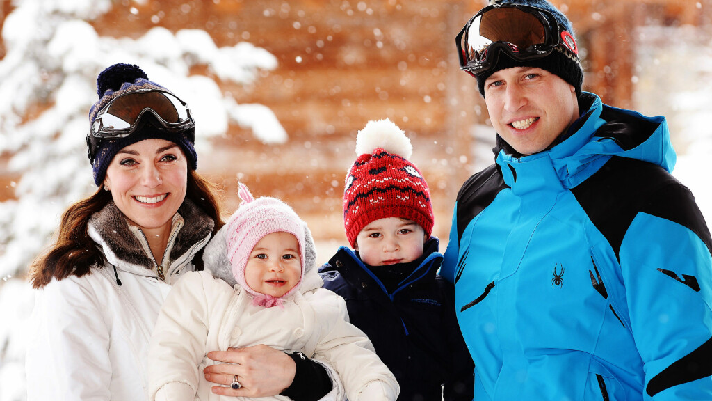 KJERNEFAMILIE: Kate, William og barna George og Charlotte stilte opp på hyggelige familiebilder under skituren.  Foto: Afp
