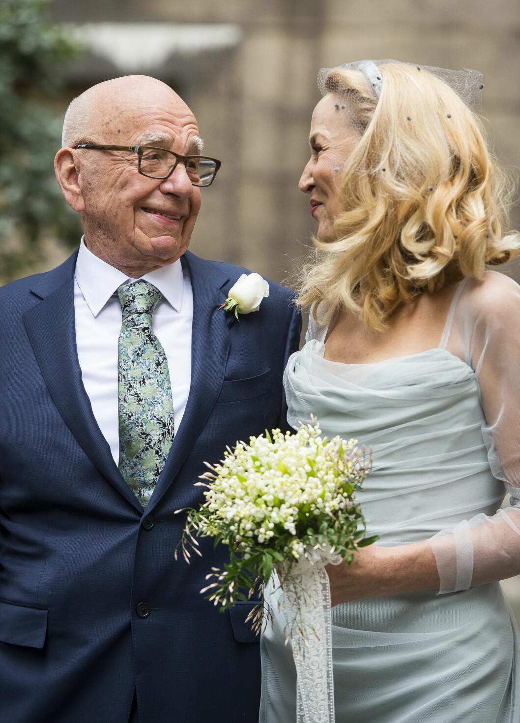 <strong>LYKKELIG GIFT:</strong> Det nygifte paret klarte ikke å ta øynene vekk fra hverandre etter de endelig hadde blitt mann og kone.  Foto: SipaUSA