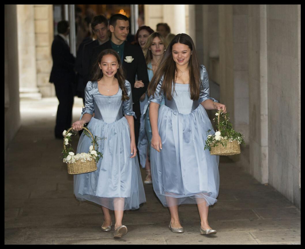 <strong>STRÅLTE:</strong> Murdochs døtre Chloe (t.v) og Grace så ut som to Disney-prinsesser i de lyseblå kjolene sine.  Foto: Polaris