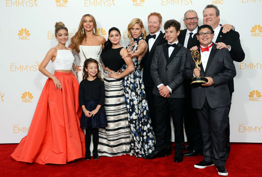 "Sarah Hyland, from left, Sofia Vergara, Aubrey Anderson-Emmons, Ariel Winter, Julie Bowen, Jesse Tyler Ferguson, Nolan Gould, Ed O'Neill, Eric Stonestreet and Rico Rodriguez pose in the press room with the award for outstanding comedy series for ""Modern Family"" at the 66th Annual Primetime Emmy Awards at the Nokia Theatre L.A. Live on Monday, Aug. 25, 2014, in Los Angeles. (Photo by Jordan Strauss/Invision/AP) / TT / kod 436 Foto: NTB Scanpix"