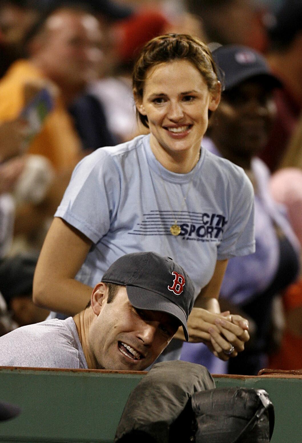 <strong>SOMMEREN 2006:</strong> Ben Affleck og Jennifer Garner i godt humør på en baseballkamp mellom Red Sox og Los Angeles Angels på Fenway Park i Boston. Foto: AP