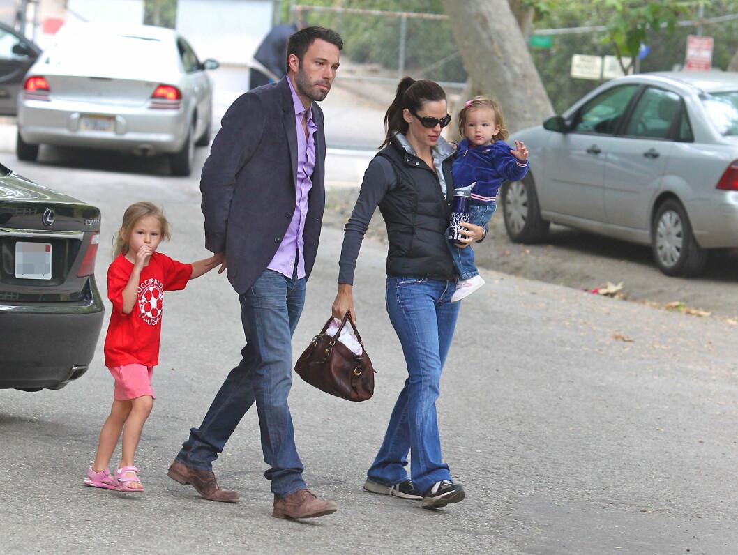<strong>SOMMEREN 2010:</strong> Ben Affleck og Jennifer Garner tok med døtrene Violet Anne (t.v) og Seraphina Rose Elizabeth til en park i Santa Monica, der de sparket fotball.  Foto: wenn.com