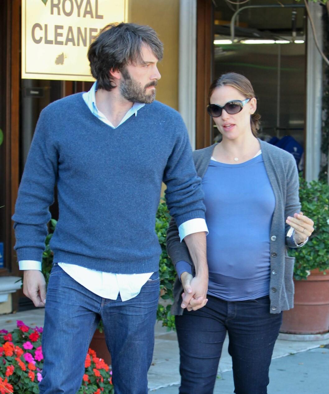 <strong>HØSTEN 2011:</strong> Jennifer Garner, som var gravid med sønnen Samuel, hånd i hånd med Ben Affleck i Santa Monica.  Foto: SipaUSA