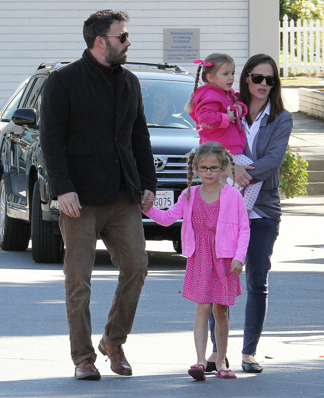 <strong>HØSTEN 2012:</strong> Jennifer og Ben sammen med døtrene Seraphina og Violet (foran) utenfor Country Mart i Brentwood, California.  Foto: Broadimage