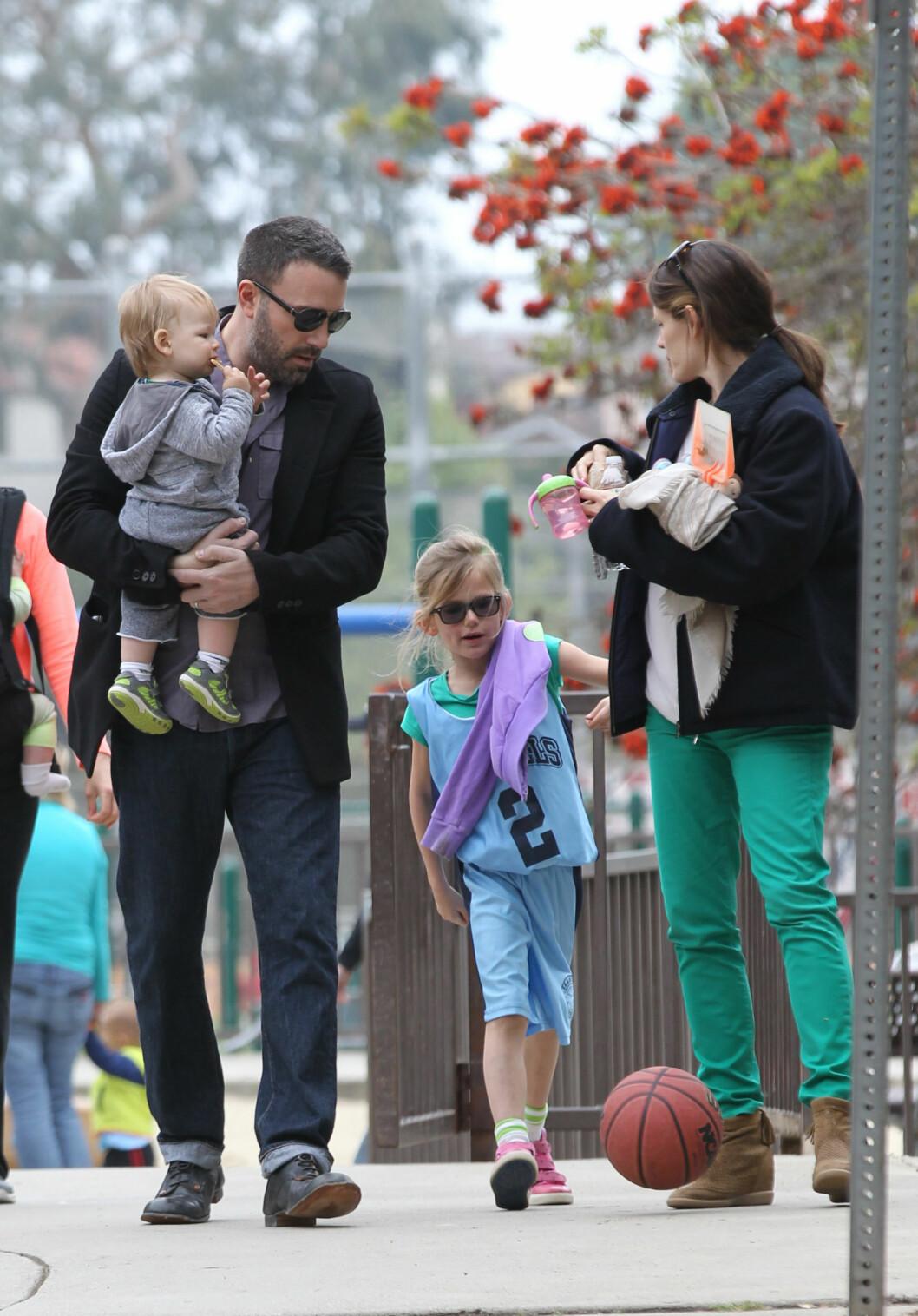 <strong>VÅREN 2013:</strong> Ben og Jennifer med sønnen Samuel og eldstedatteren Violet på feiringen av St Patricks Day i Pacific Palisades. Foto: SipaUSA