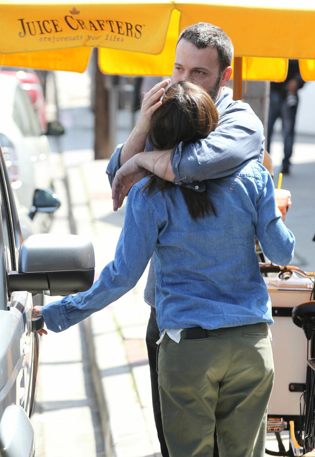 <strong>VÅREN 2013:</strong> På denne tiden svirret også bruddryktene rundt Ben Affleck og Jennifer Garner, men her er de avbildet i et ømt øyeblikk i Pacific Palisades i mars 2013.  Foto: SipaUSA