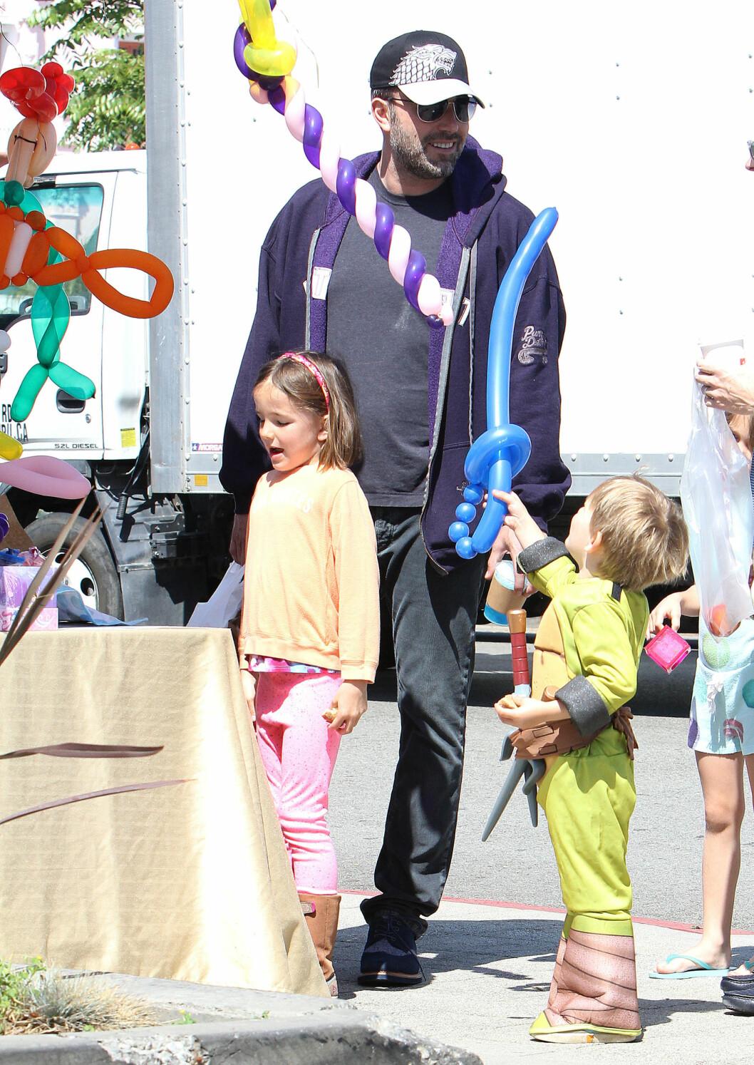 <strong>SOMMEREN 2015:</strong> En smilende Ben Affleck sammen med barna Seraphina og Samuel på bondens marked i nabolaget sitt, bydelen Brentwood i L.A. Få uker senere ble bruddet mellom Ben og Jennifer kjent.  Foto: Broadimage