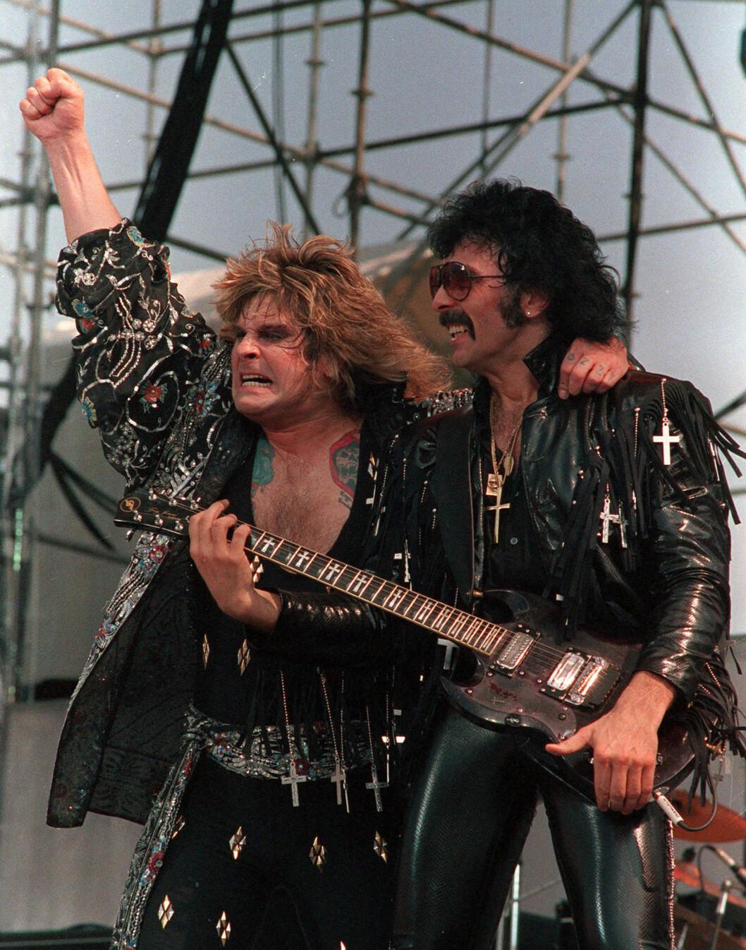 <strong>VILLSTYRING:</strong> Ozzy Osbourne er kjent for å være relativt grenseløs både på scenen og ellers, særlig i forhold til rusmidler. Her er han og Black Sabbath-gitarist Tony Iommi på scenen under Live Aid i Philadelphia i juli 1985. Foto: Ap