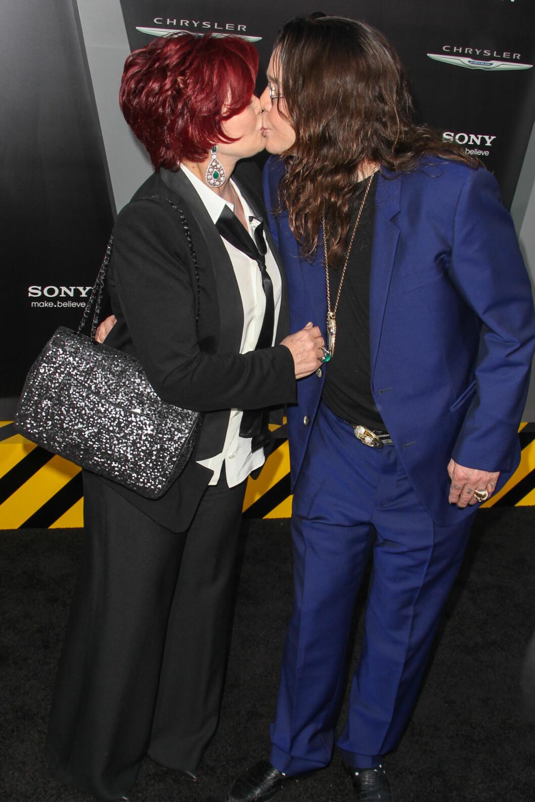 <strong>FORTSATT GIFT:</strong> Sharon og Ozzy Osbourne har klart seg igjennom utroskap, sykdom og rusproblemer. På «Total Recall»-premieren i Hollywood i 2012 klinte det britiske stjerneparet til foran fotografene.  Foto: © Â RD / Hebert /Retna Ltd./Corbis