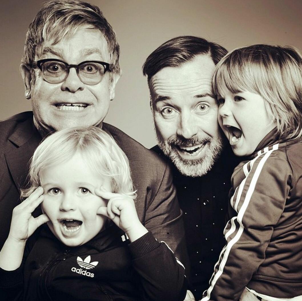 VIL IKKE GI FOR MYE: Elton John og ektemannen David er redde for at de to sønnene skal vokse opp og ikke verdsette penger og arbeid.  Foto: Xposure