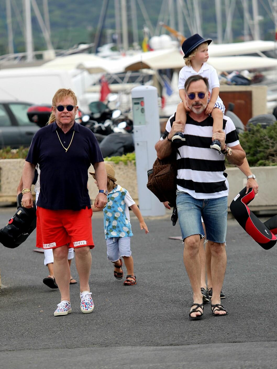 HOLDER IGJEN: Ekteparet er redde for at sønnene skal bli bortskjemte, og holder derfor tilbake når det gjelder å gi dem penger og materialistiske gaver.  Foto: Splash News
