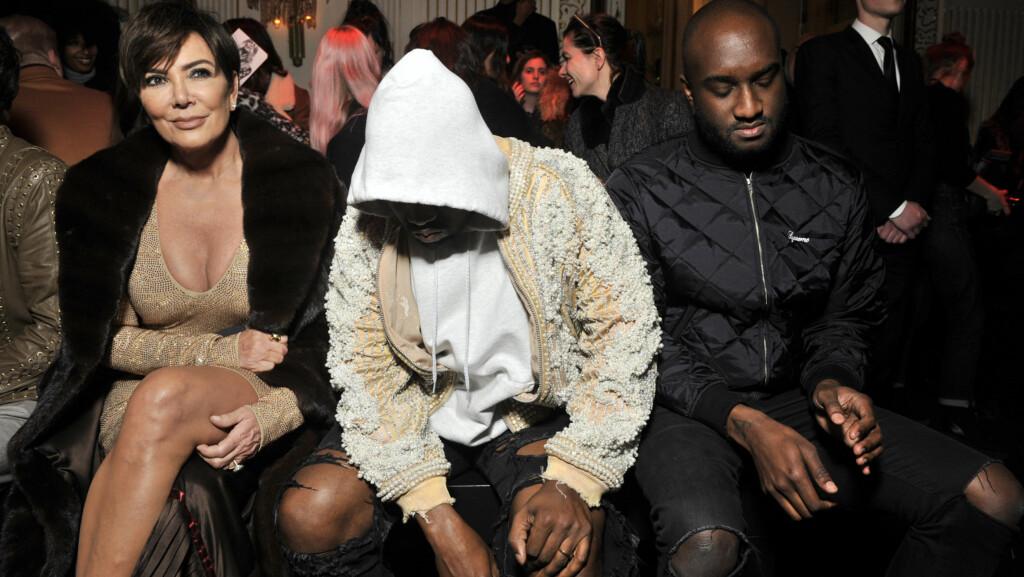 TORDENSKY: Da Kanye West (midten) satt på første rad under Balmain-visningen på moteuken i Paris tordag, så han svært så nedtrykt ut. Han hadde selskap av svigermor Kris Jenner (t.v) og Off-White-designer og kreativ samarbeidspartner Virgil Abloh (t.h).  Foto: Swan Gallet/WWD/Rex Features