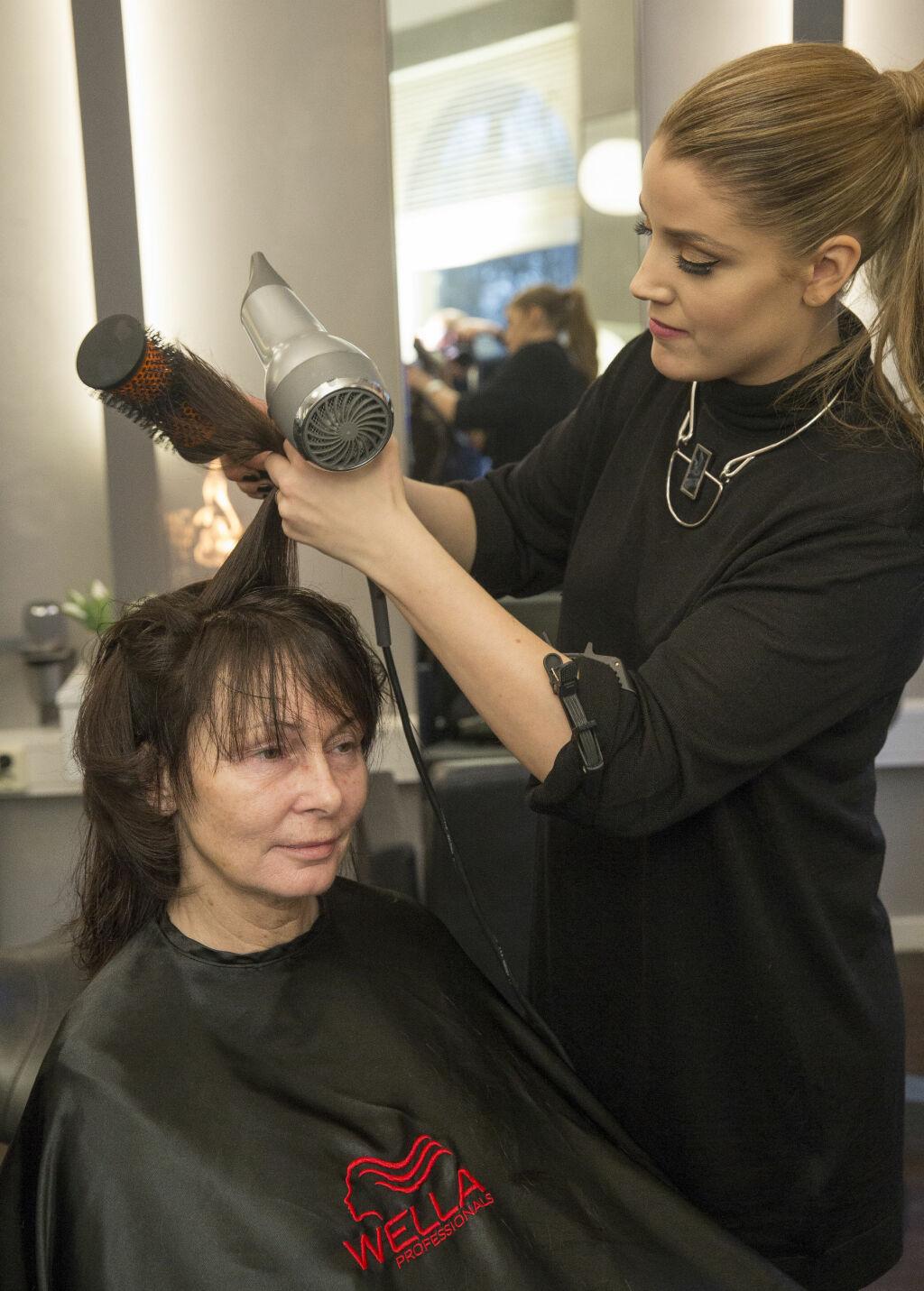 EKSPERTHJELP: Frisør og stylist Cecilie Krogh Sundbø på Jan Thomas Studio farget og klippet Berets lokker.