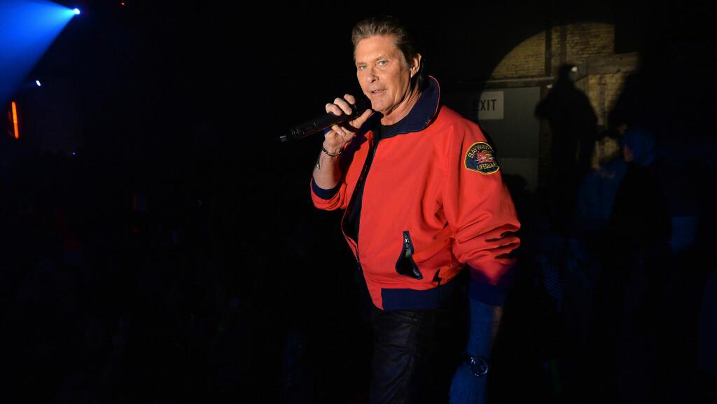 FORTSATT AKTIV: David Hasselhoff lever fortsatt godt på sin Baywatch-suksess. Her er han utkledd i sitt kjente kostyme under et kjendisarrangement i Storbritannia i januar. Foto: Splash News