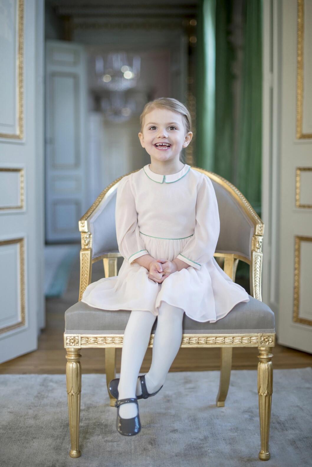 STOR PIKE: Prinsesse Estelle er kjempeglad over å endelig ha blitt storesølster til prins Oscar. Foto: Kungahuset