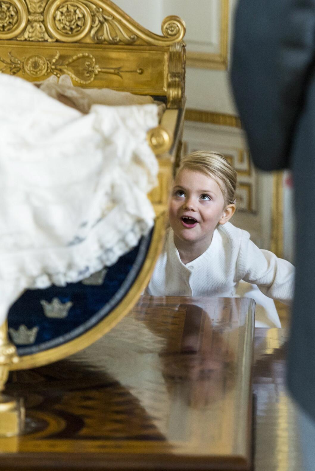 SNART DÅP: Her lurer prinsesse Estelle ved prins Nicholas kryppe etter dåpen. Snart skal hun døpe lillebror. Foto: NTBScanpix