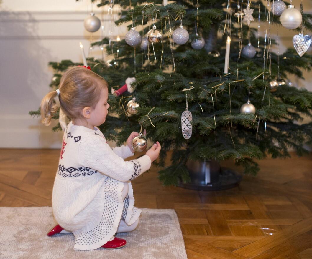 TRADISJON: Prinsesse Estelle gleder seg nok til å vise lillebror hvordan man pynter et juletre. Foto: Kungahuset