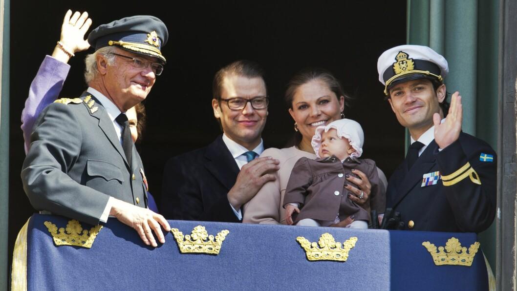 FØRSTE OPPTREDEN? Prinsesse Estelle kom på balkongen da bestefar kong Carl Gustaf fylte 66 år. I april fyller kongen 70 år, og da vil trolig lille Oscar være med på balkongen for første gang. Foto: NTBScanpix