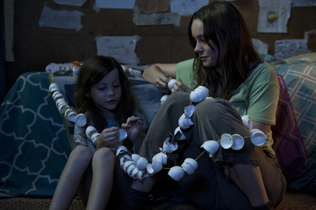 FRA FILMEN ROOM: Etter syv år i fangenskap klarer Ma (Brie Larson) og sønnen Jack (Jacob Tremblay) å rømme fra det knøttlille rommet sønnen har vokst opp på.  Foto: NTB Scanpix
