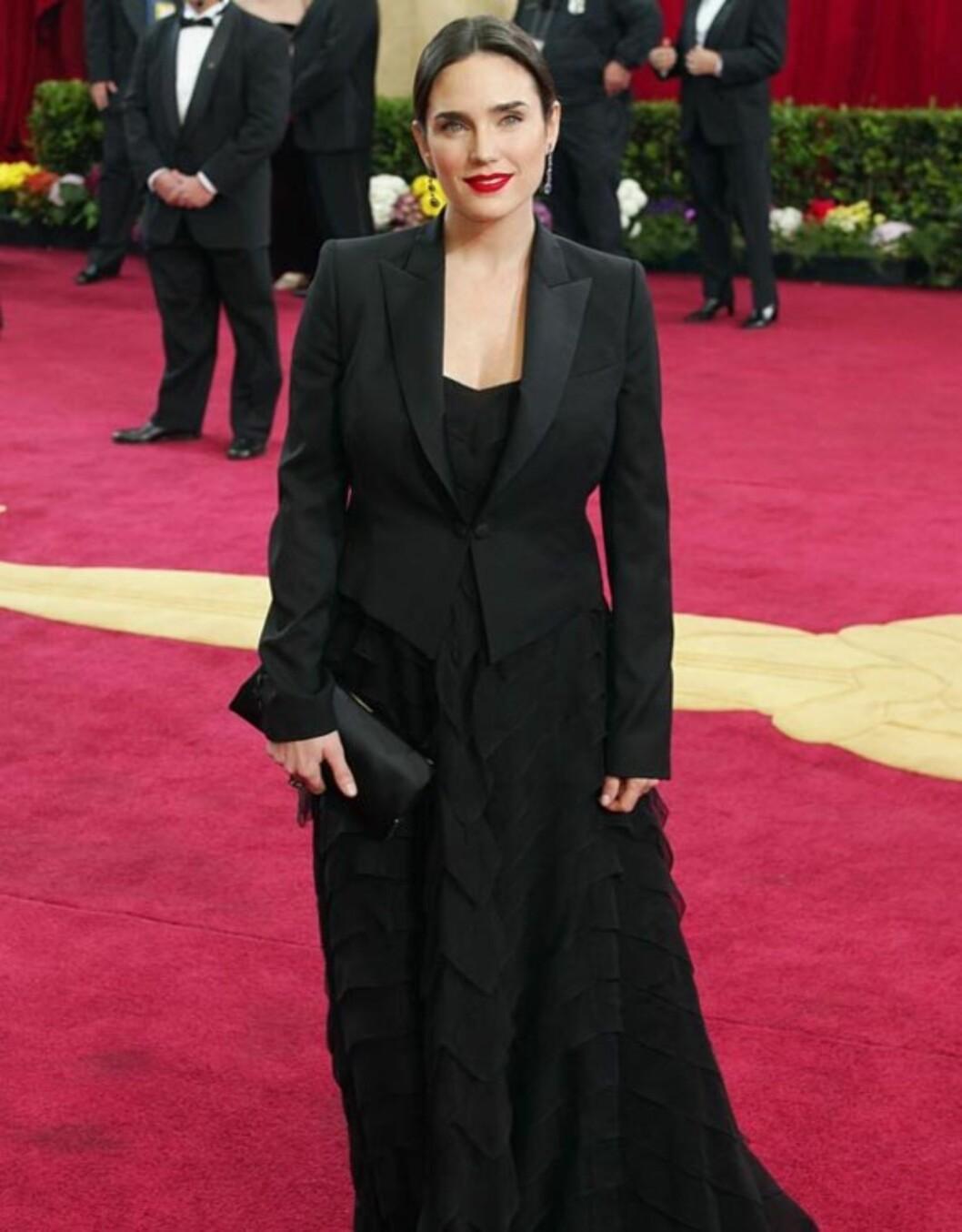 PÅKLEDD: Skuespiller Jennifer Connelly sitt helsorte og heldekkende antrekk klarte ikke å yte «Requiem For a Dream»-stjernens vakre utseende rettferdighet på Kodak Theatre i 2003...   Foto: All Over Press