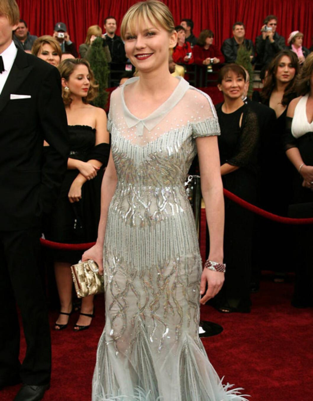 RART: På Oscar-utdelingen i 2007 bar Kirsten Dunst en Chanel-kjole, men designernavnet klarte ikke redde kjolen: Den pripne kragen kombinert med de voldsomme dekorasjonene ble litt for spesielt...  Foto: All Over Press
