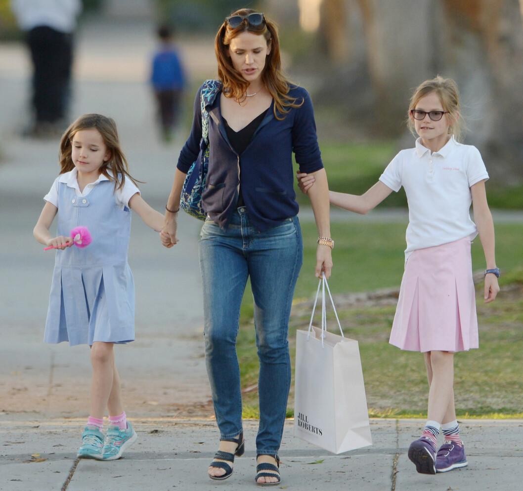 <strong>PÅ TUR:</strong> Her er Jennifer med sine to eldste barn tidligere denne måneden. Det var spesielt hardt for henne å fortelle dem om skilsmissen. Foto: NTB Scanpix