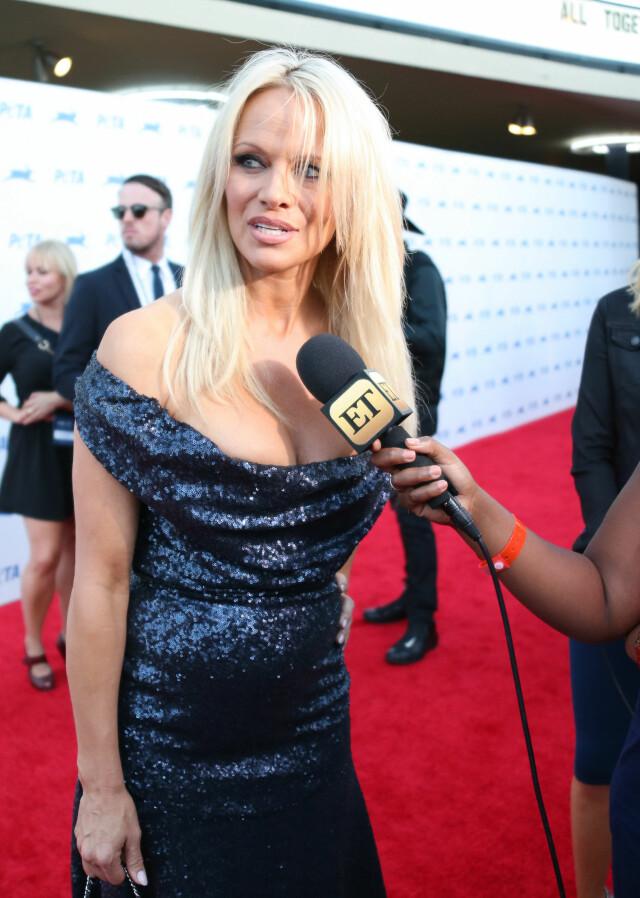1254f543 ENGASJERT: Pamela Anderson er æresmedlem i styret til  dyrevernorganisasjonen PETA. Her snakker hun med