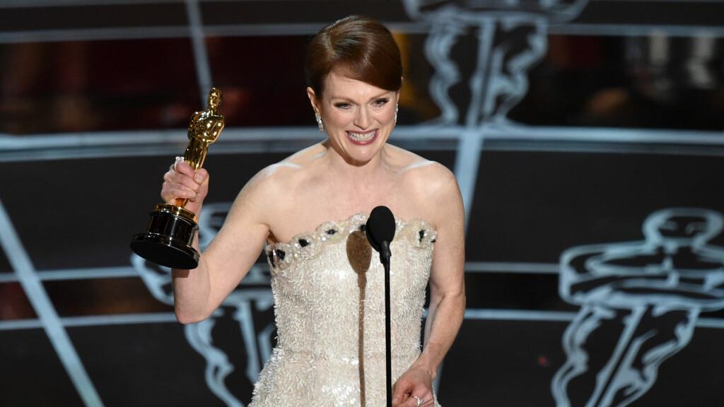 JUBLET HØYT : Julianne Moore kunne i 2015 juble for å vinne Oscar for sin hovedrolle i filmen «Still Alice».  Foto: Ap