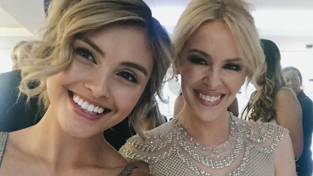 SE- SÅ LIKE: 18 år gamle Sarah Ellen skal spille rollen som datteren til Kylie Minogues tidligere rollefigur.  Foto: Instagram