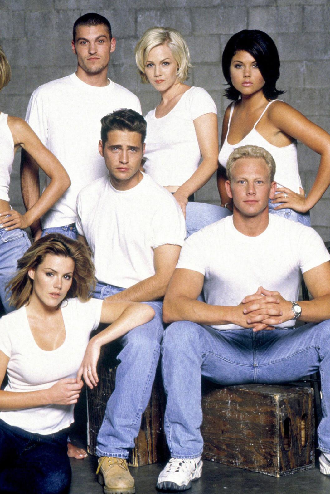 TV-STJERNE: Beverly Hills: 90210 var en av 90-tallets største TV-serier. Her er Thiessen (øverst til høyre) sammen med Ian Ziering, Jason Priestley, Kathleen Robertson, Tori Spelling, Brian Austin Green og Jennie Garth.