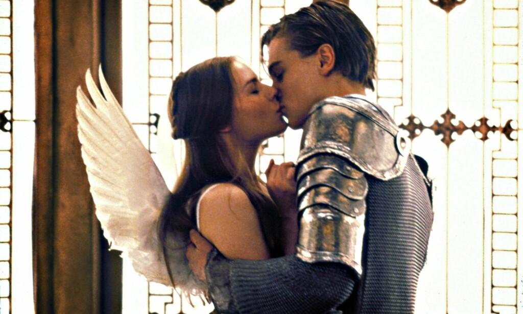 FORELSKA: Claire Danes og Leonardo DiCaprio spilte Romeo og Julie i 1996. I 2016 spilles de derimot av Tarjei Sandvik Moe og Henrik Holm. Foto: Scanpix