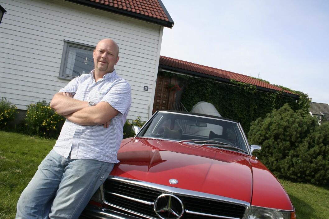 BILELSKER: Radio- og TV-profil Geir Schau er begeistret for biler og motorsport. Her poserer han med en rød Mercedes foran barndomshjemmet sitt på Manglerud i Oslo. Foto: NTB Scanpix