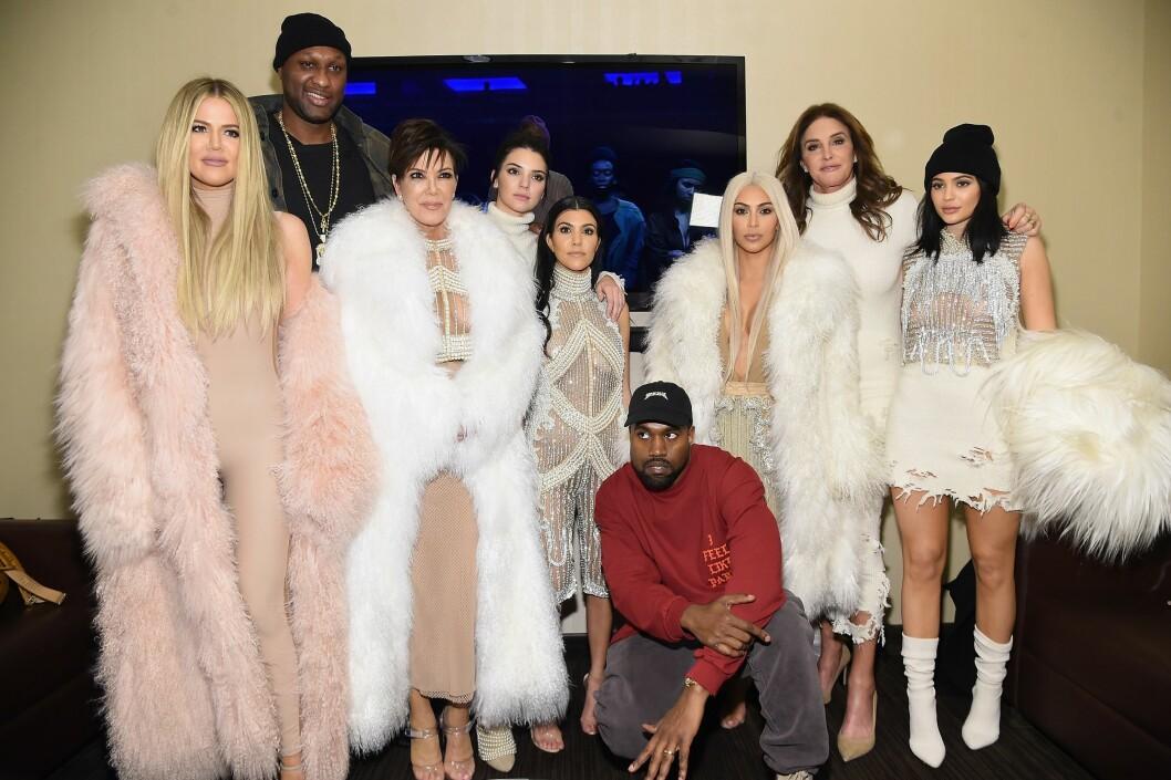 BERØMT FAMILIE: Forrige uke viste Kanye West (foran) frem sin nye Yeezy-kolleksjon i New York. Både (f.v) Khloé Kardashian, Lamar Odom, Kris og Kendall Jenner, Kourtney og Kim Kardashian, og Caitlin og Kylie Jenner var selvskrevne gjester.  Foto: Afp