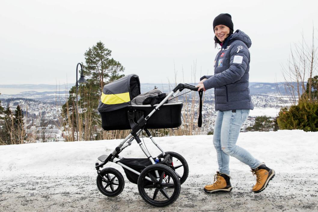 <strong>FORNØYD MOR:</strong> Langrennsløper Marit Bjørgen hadde med sønnen Marius i barnevogn da hun tidligere denne måneden møtte pressen på Holmenkollen.  Foto: NTB scanpix
