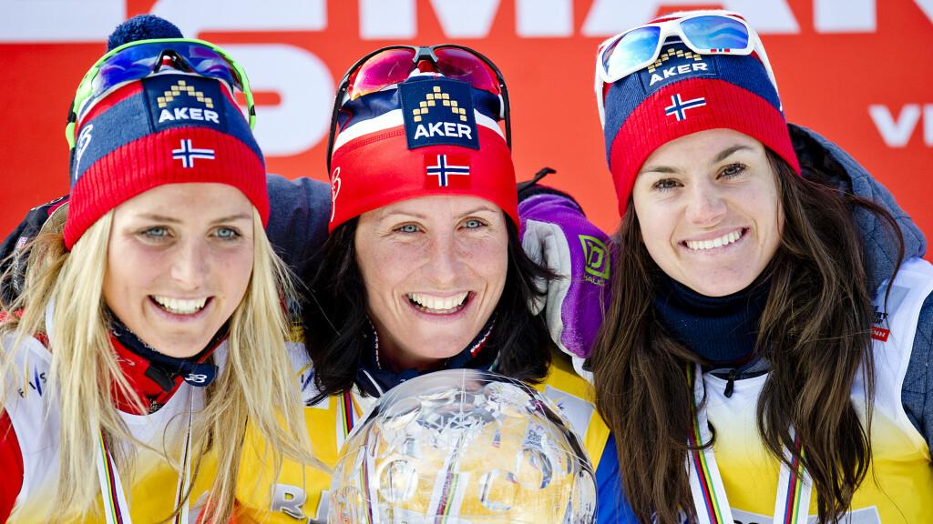 BARNEVAKTER: Marit Bjørgen (i midten) forteller at venninnene lar seg skremme av at sønnen gråter, men at de fremdeles vil sitte barnevakt. Her sammen med Therese Johaug (t.v.) og Heidi Weng.  Foto: NTB scanpix
